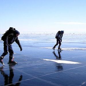 Patinage à glace sur le lac Baïkal