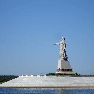 Escultura «Mat Volga» (madre del Volga) en la intersección del embalse de Rybinsk y el Volga