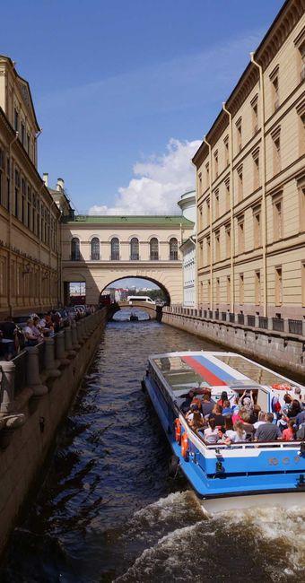 Balade en bateau sur les canaux et rivières de Saint-Pétersbourg en français