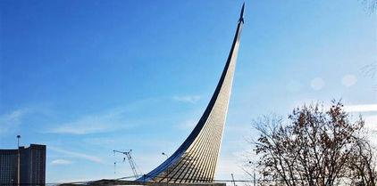 Le monument des Conquérants de l'Espace - visible à plusieurs kilomètres