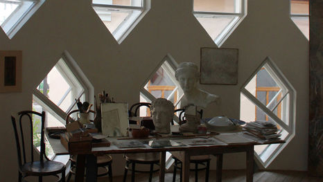 Les fenêtres hexagonales dans le studio de l'architecte