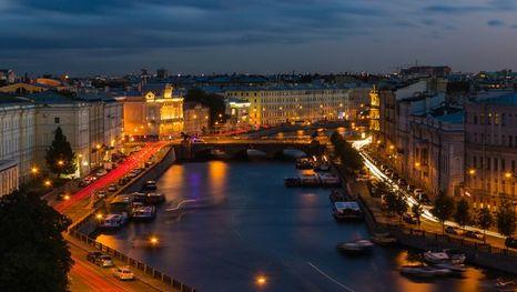Paseo en barca por los canales de San Petersburgo con guía personal hispanohablante