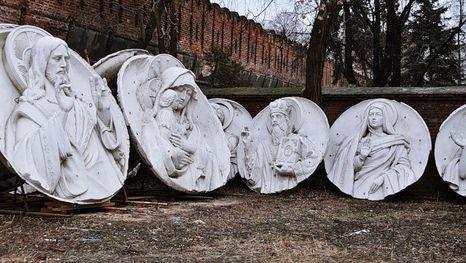 les hauts-reliefs de la Cathédrale du Christ Sauveur original - abrité au cimetière Donskoï