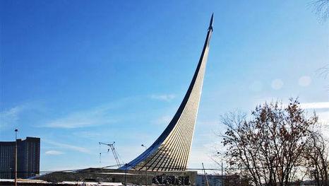 El monumento a los Conquistadores del Espacio - se delata ya a varios kilómetros
